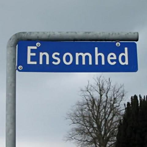 Skilt med vejnavn 'Ensomhed' ved Lebøl, Als