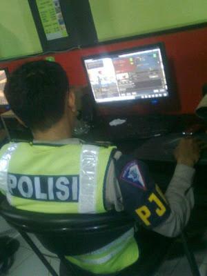 Foto Polisi Berseragam Asyik Maen Game Online