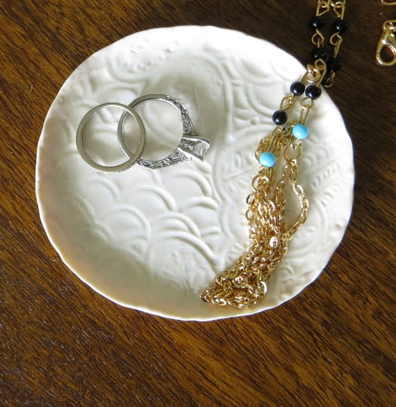 How to make a diy jewelry dish creative green living after letting the dish cool for a few minutes place it wherever you need a jewelry receptacle and pat yourself on the back for wrangling some clutter solutioingenieria Images