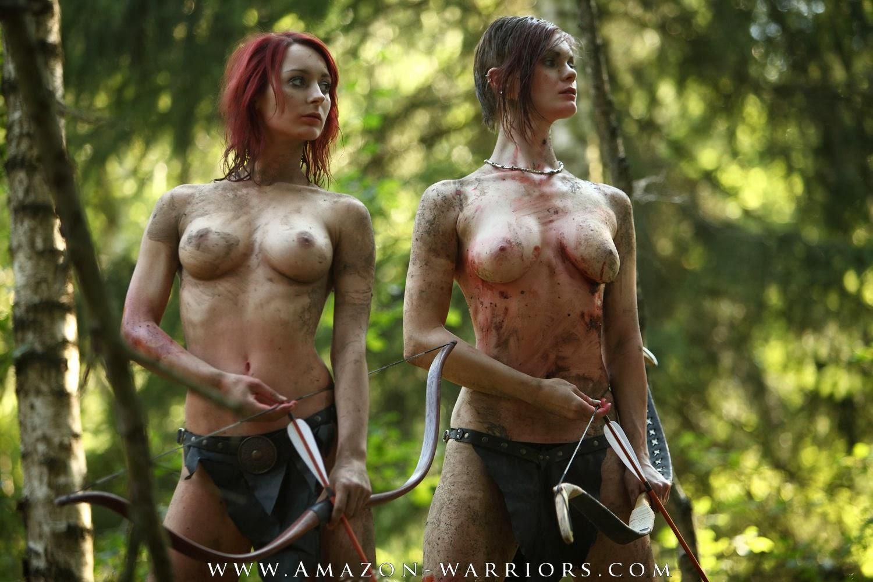 deus jeunes femmes seins nus evoquant des amazones arc en main cote à cote