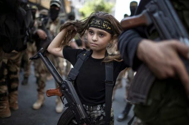 Una niña palestina con un rifle Kalashnikov