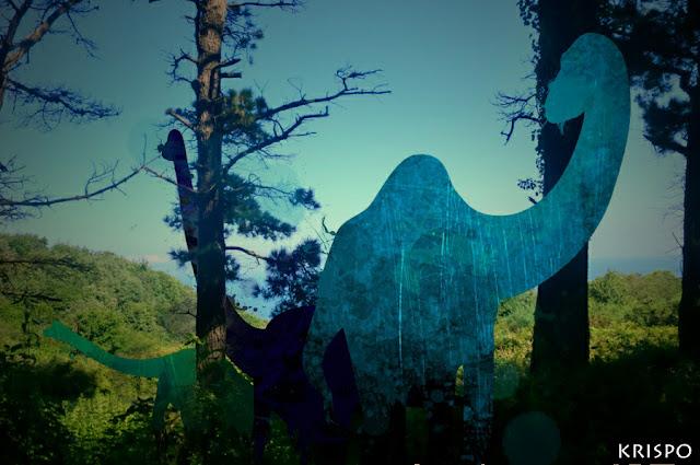 tres diplodocus junto a árboles en Hondarribia