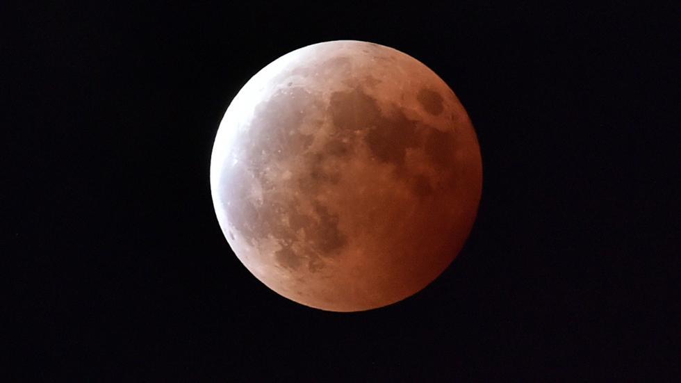 Фотографии «Кровавой Луны» - полного лунного затмения