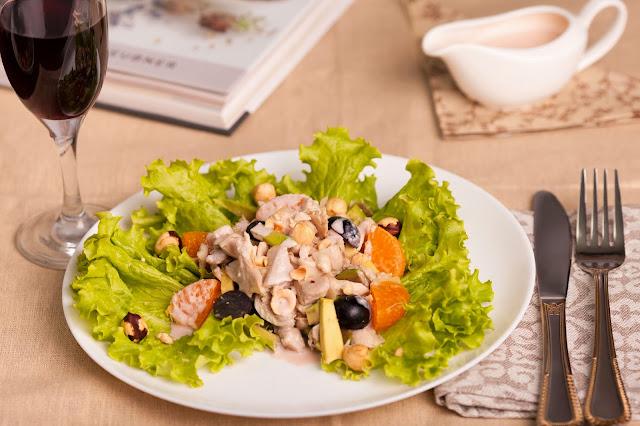 Салат с курицей, виноградом, мандаринами и авокадо