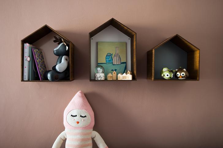 Niches fixées au mur dans la chambre d'enfant