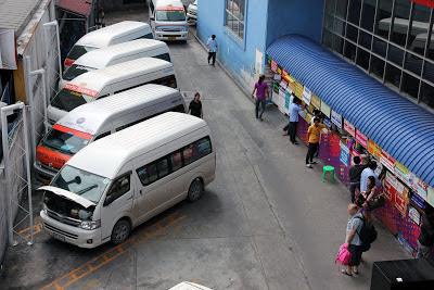 I minibus stazione degli autobus a Ayutthaya