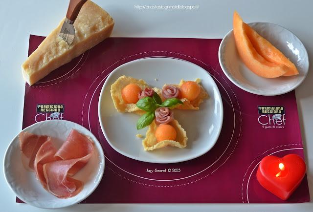 un croccante finger food: prosciutto e melone in cialda di parmigiano