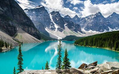 Una imagen dice más que mil palabras... Paisaje de las montañas nevadas y el lago de agua azul turquesa