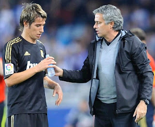 Mourinho talks to Coentrao during a Real Madrid game