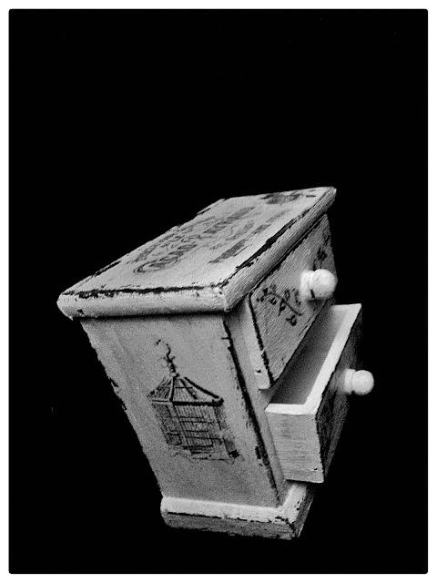 Miniaturowa szafka vintage, właściwości lecznicze kłącza perzu : )