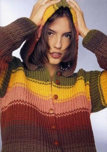 Suéter con gorro tejido con dos agujas