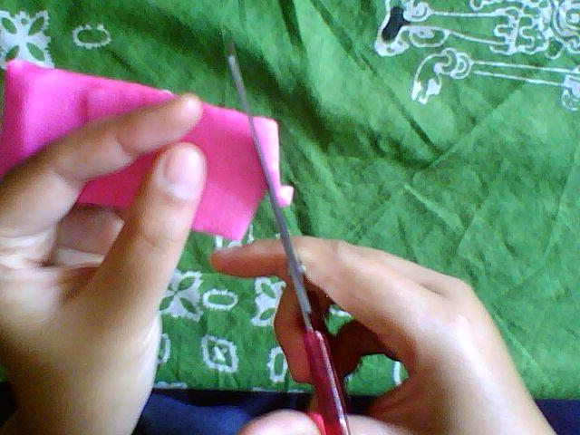 dari pembentukan Kelopak / Mahkota Bunga atau sisa Kertas pink yang