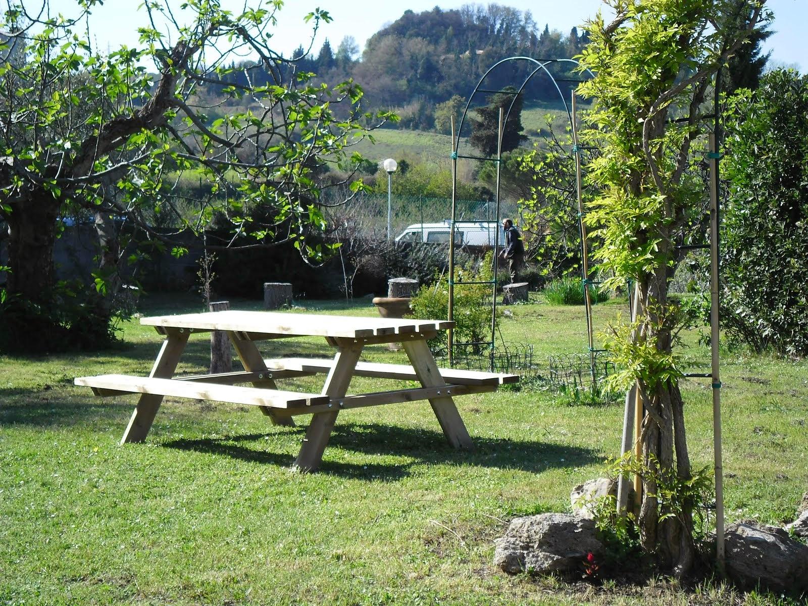 Il tavolo da pic-nic a disposizione per gli ospiti