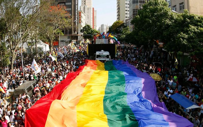 Mais de 100 mil pessoas participaram da Parada do Orgulho LGBT em Curitiba, no Paraná, em setembro de 2012, segundo a organização do evento; público LGBT e simpatizantes lotaram a praça 19 de Dezembro (Foto: Divulgação)