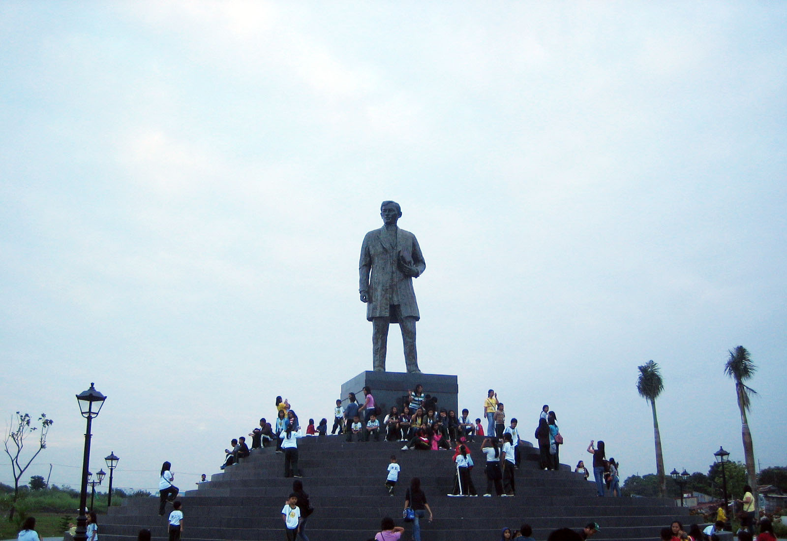 jose rizal s tallest monument Philippines' national hero jose rizal's monument at manila's rizal park who's  152nd birth anniversary is being observed today (wednesday) his novels noli.