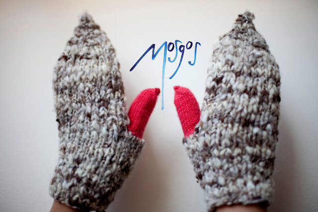 Knitted Mittens in grey and fluorescent pink by mosgos