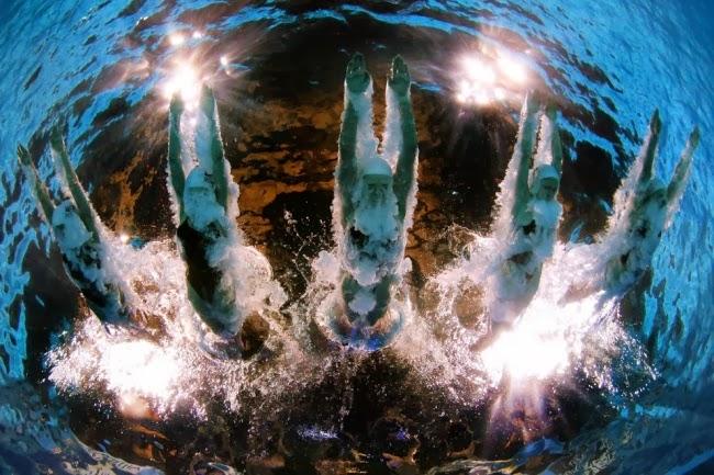 Спортсмены из сборной Китая в синхронном прыжке с 3-метрового трамплина.