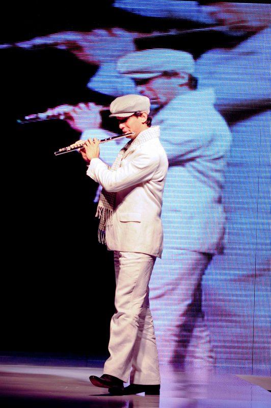 Edu Rosa toca flauta transversal na abertura de desfile de moda