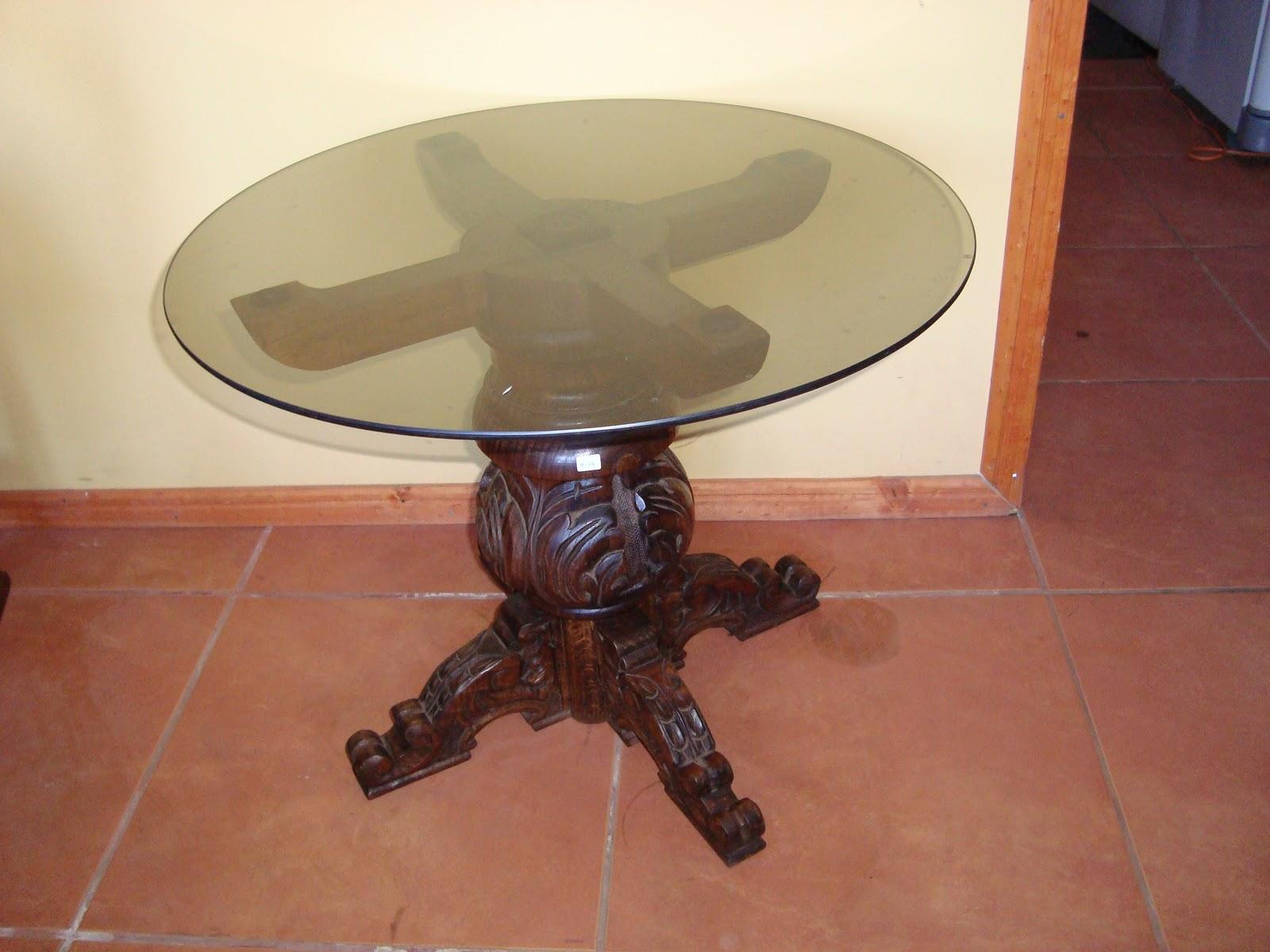 Juego de 2 mesas esquineras de madera talladas con vidrio for Cristal redondo para mesa