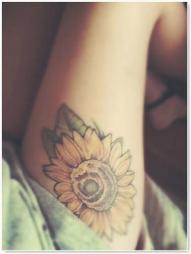 magnifique tatouage sur cuisse de femme fleur tournesol