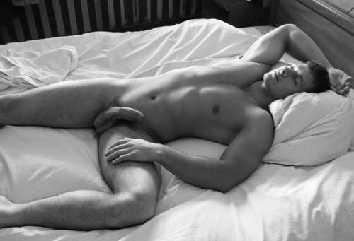Dormir desnudo en la cama