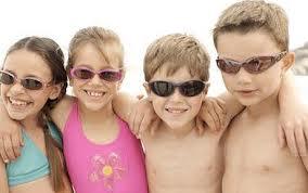 A gyermekeknek fontos napszemüveget viselniük
