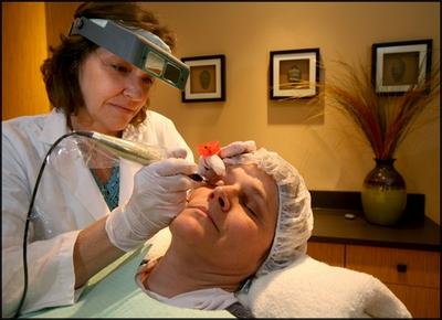 La préparation des masques pour la personne des boutons