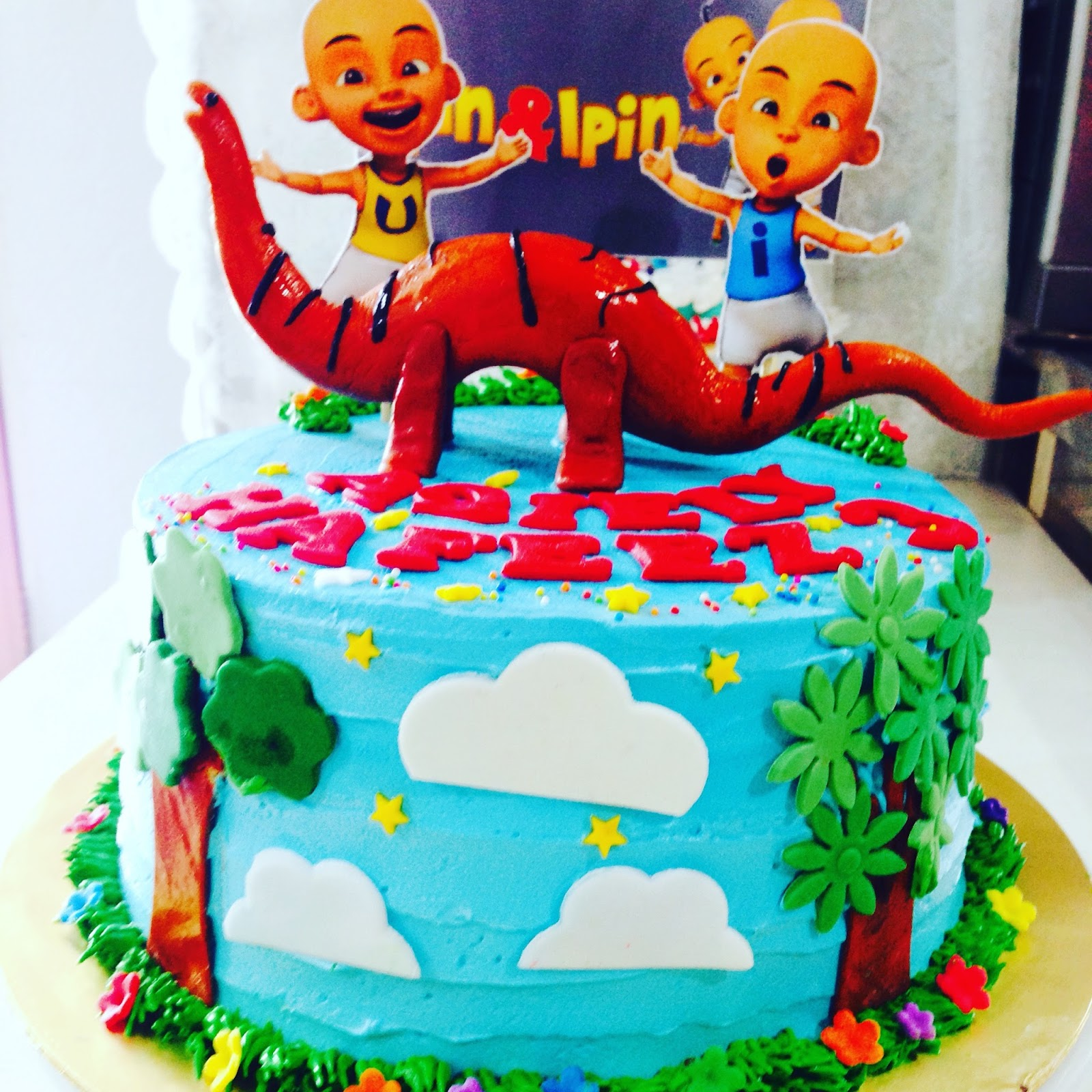 ninie cakes house: Birthday Cakes Upin Ipin VS Dinosour