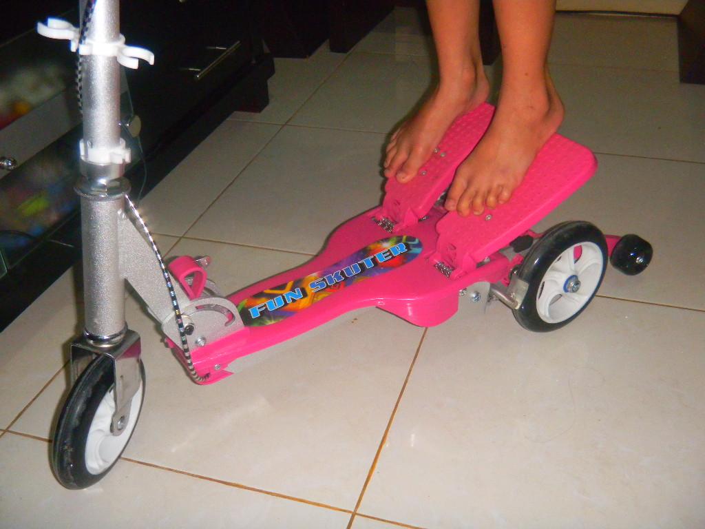 Dual Pedal Scooter Memiliki Dua Buah Di Bagian Belakang Rangkanya Pengendara Harus Menekan Mendorong Ke Bawah Dengan Gerakan Menginjak Secara