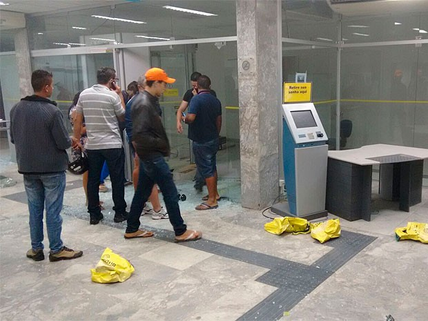 Banco em Seabra foi atacado na madrugada desta quarta-feira, no interior da Bahia (Foto: Site Bahia10)