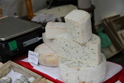 diferentes tipos de quesos  en el Barrio de Montmartre. Blog Esteban Capdevila