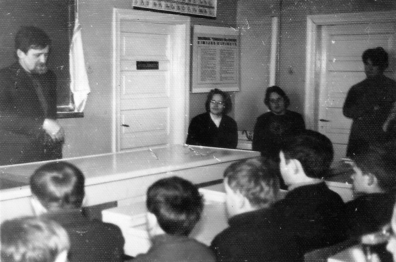 1972. gadā bibliotēka organizēja tikšanos ar rakstnieku Aivaru Kalvi