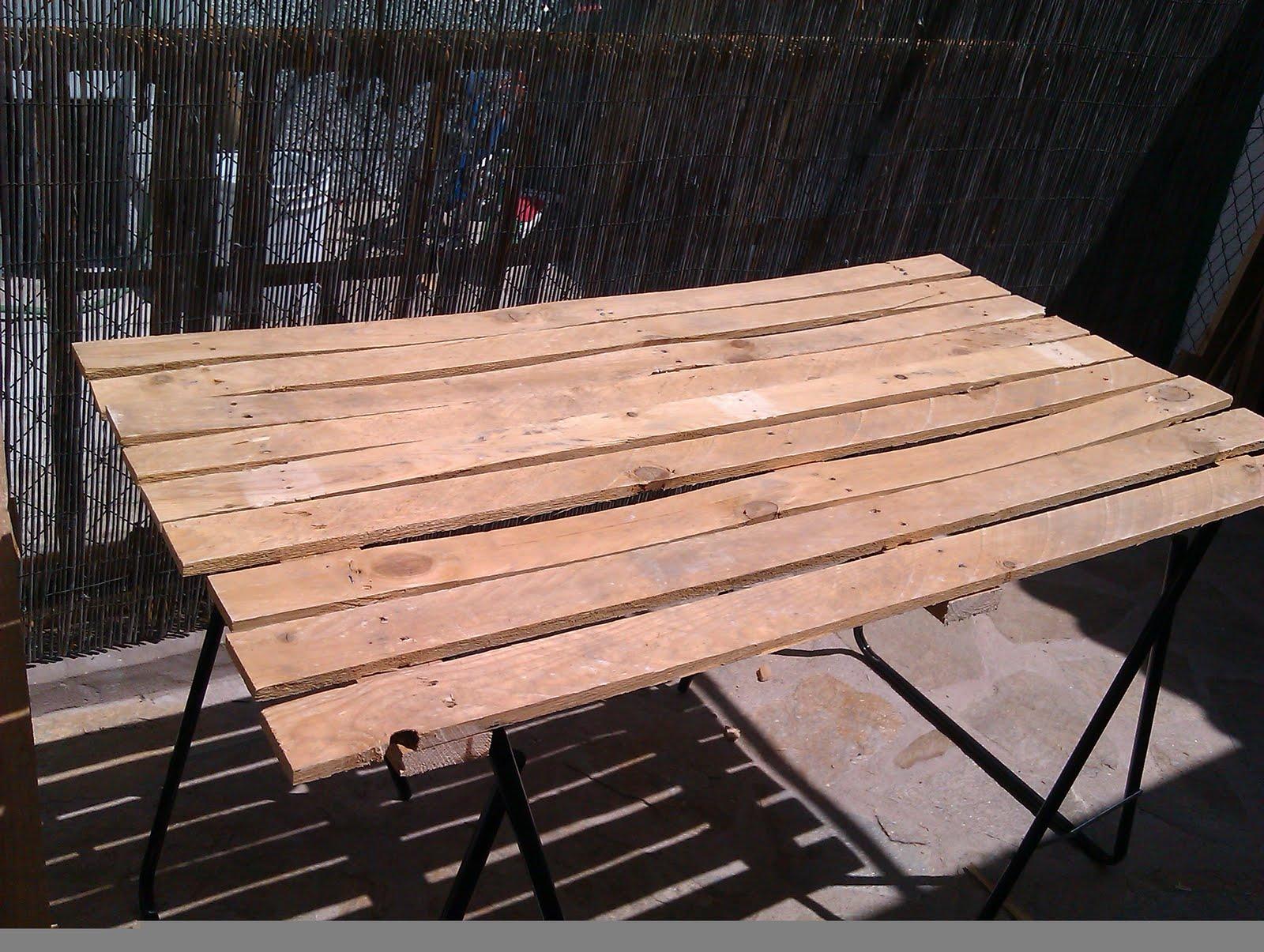 Hacer f cilmente una mesa de comedor con un palet de for Living comedor con palet de madera