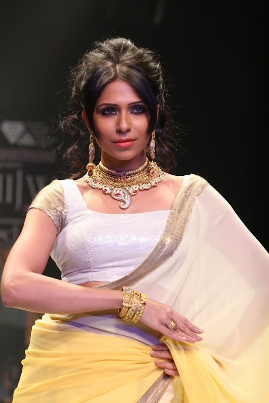 Bidita Bag Walked The Ramp Ror Manubhai Gems Gallery navel show