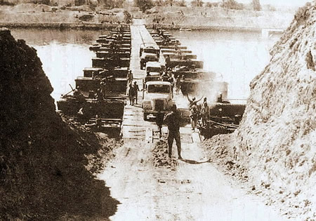 Egyptian army crossing suez canal