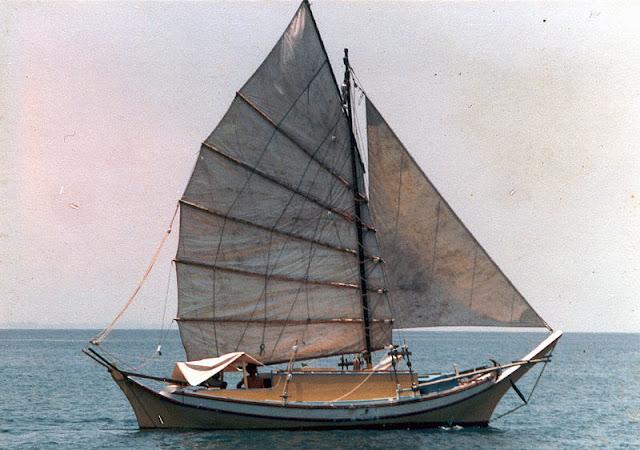 Gambar Kapal Layar Jung Berlayar di Lautan