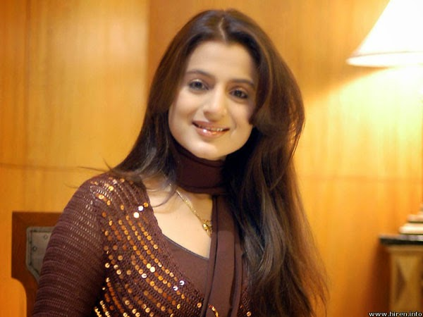 Ameesha Patel mobbed; slaps a man for groping her, jewellery showroom, Indian actress, Telugu films, Photos, Uttar Pradesh, Gorakhpur, launch,