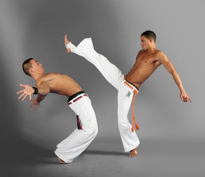 http://1.bp.blogspot.com/-RLS3_fMrgx4/TasXcGzvquI/AAAAAAAAALo/POmvPqeBDY0/s1600/Capoeira_fight_dance_24.jpg