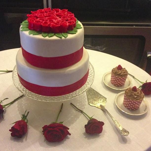 bröllopstårta i rött och vitt
