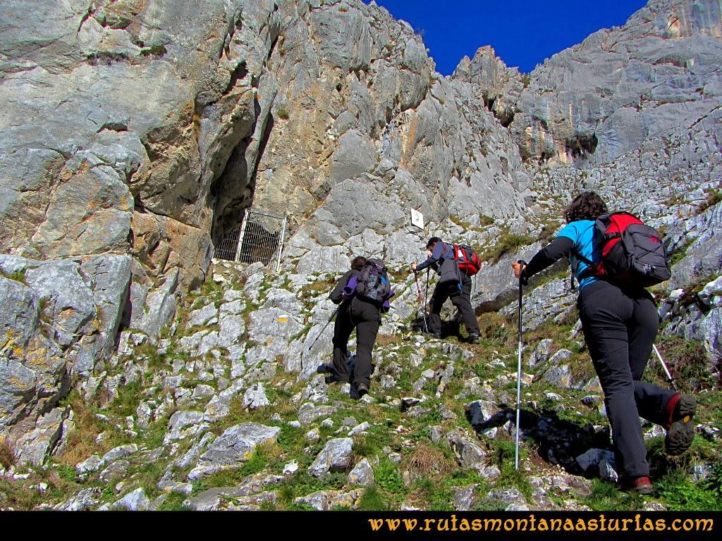 Rutas Montaña Asturias de las Pinturas Rupestres de Fresnedo: Llegando al Abrigo del Paso