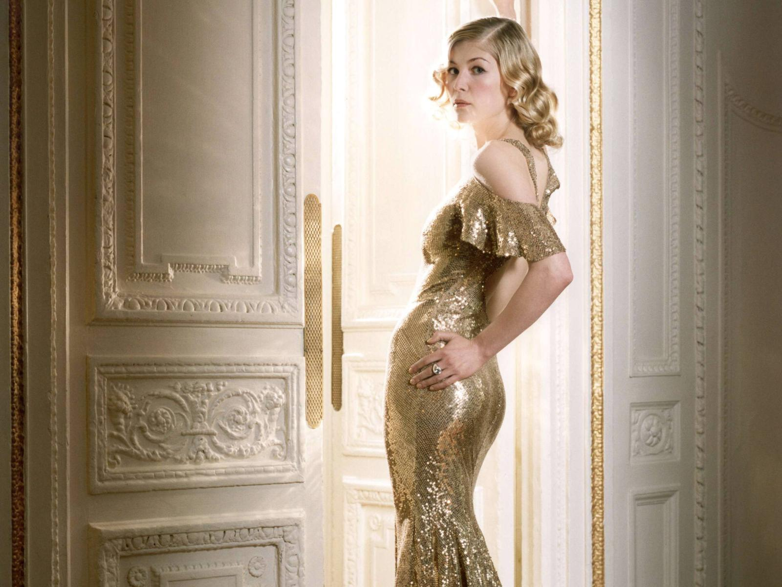 http://1.bp.blogspot.com/-RLw8h2jlzao/TfZbtiZrlHI/AAAAAAAAA70/hvMpUUWqFDw/s1600/rosamund_pike_gold_dress_desktop_wallpaper_17883.jpg