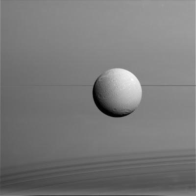 Общий вид Дионы на фоне Сатурна и его колец