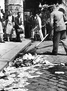 عکسی از سال ۱۹۶۴ کشور مجارستان که پول این کشور را از فرط بی ارزشی با جارو از کف خیابانها جمع می کرد