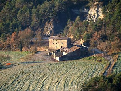 Zoom a la masia La Vall des del trencall amb la carretera de Sant Bartomeu del Grau