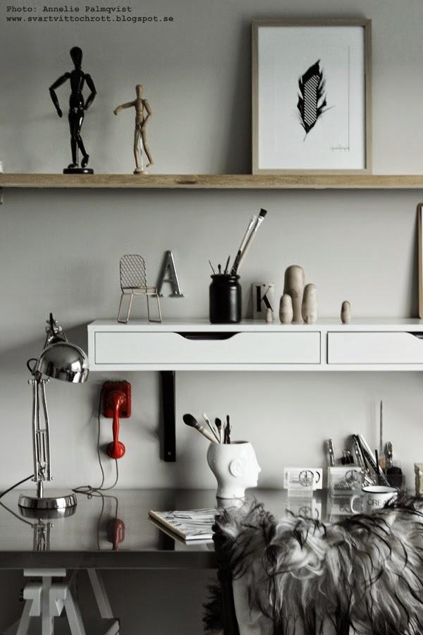 skrivbord, hemmakontor, arbetsrum, ikea skrivbord, ikeas, rostfri bordsskiva, rostfritt, rostfria, bordsskivor, skrivbordslampa, fårskinn,långhårigt isländskt fårskinn, långhåriga skinn, fårskinnet, får, skinn, möbler från ikea, inredning, blogg,
