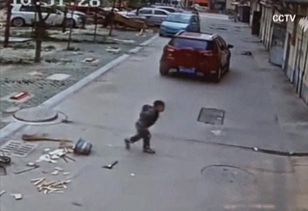 Niño sobrevive milagrosamente tras pasar un todocamino por encima.