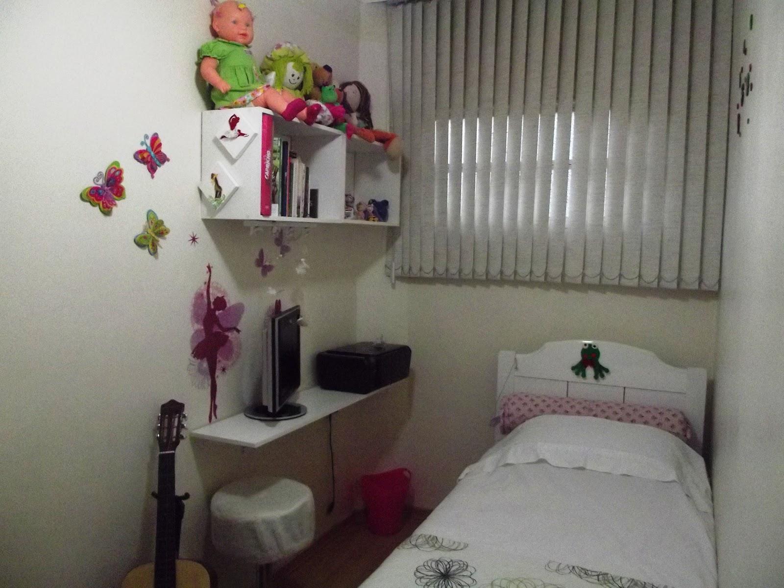 Com prateleiras escrivaninha e adesivos de parede o quarto ficou um  #865045 1600x1200
