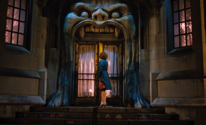 Christina Hendricks sous l'auvent du café de l'enfer, dans Lost River de Ryan Gosling