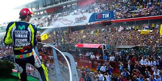 rossi saat di podium motogp mugello italia