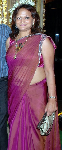 Desi Real Life Aunty Fleshy Navel Show In Low Hip Saree, Pink Coloured